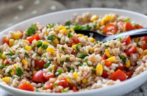 L'insalata di cereali e tonno per il pranzo estivo