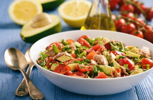 Come preparare l'insalata mista con avocado e tonno