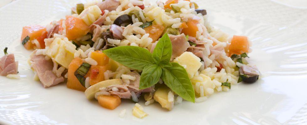 Insalata di riso con melone, mozzarella e pomodorini: la ricetta