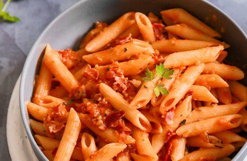 Penne al baffo, zucchine e speck: primo piatto gustoso