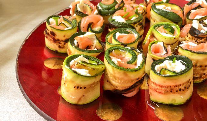 Gli involtini di zucchine salmone e philadelphia per l'antipasto estivo