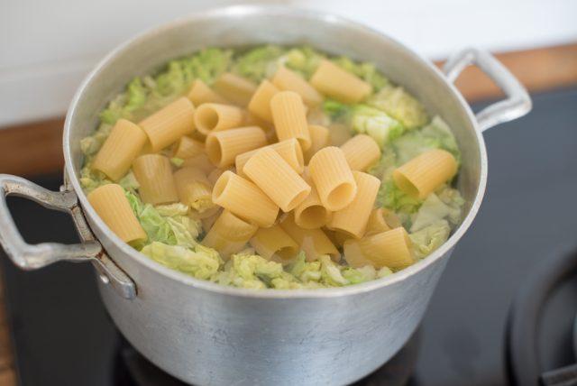 mezze-maniche-con-verza-e-pasta-di-salame-4