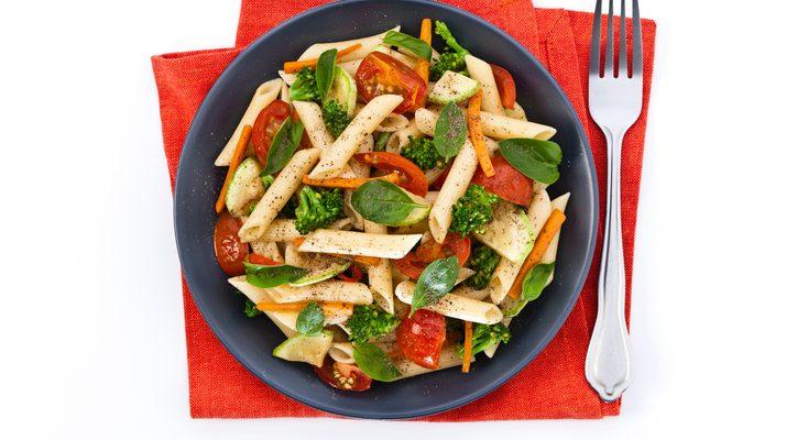 La ricetta della pasta fredda con verdure e curcuma
