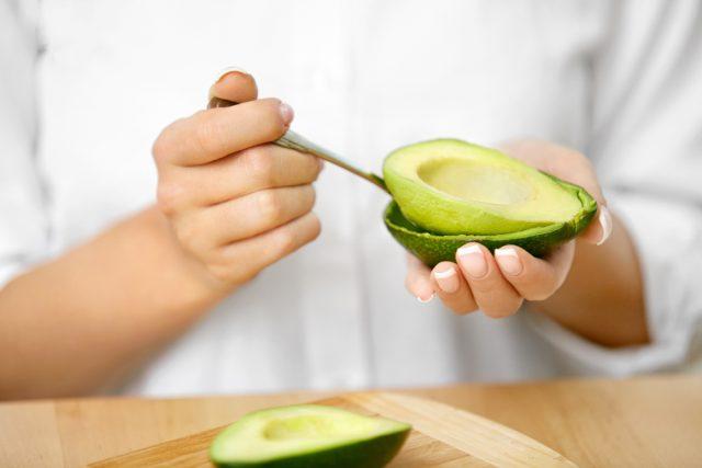 Proprietà nutritive: Sebbene siano calorici, gli avocado sono ricchi di omega 3, antiossidanti, potassio, vitamina E e vitamina C.