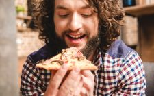 mangiare la pizza