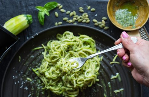 La ricetta degli spaghetti di zucchine al pesto di rucola