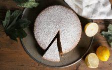 La torta al limone con crema di ricotta per il dessert di fine pasto