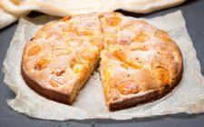 La ricetta della torta con albicocche e yogurt