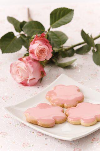 Biscotti a fiore con glassa alla fragola al bimby