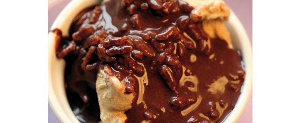 Gelato alla nocciola con topping al cioccolato e riso soffiato al bimby