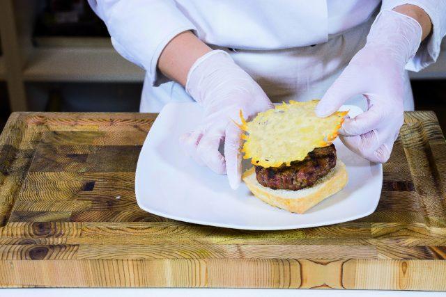hamburger-al-parmigiano-con-gocce-di-aceto-balsamico-a1917-3