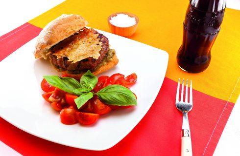 Hamburger con caviale di melanzana e cialda di parmigiano, al barbecue
