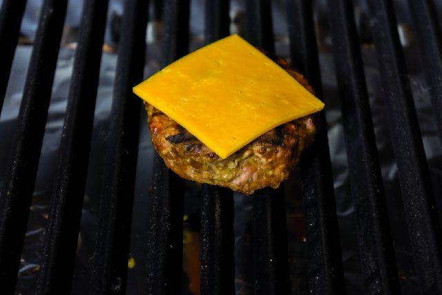 hamburger-con-cheddar-e-bacon-croccante-a1857-3