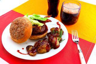 Hamburger con cheddar e bacon croccante, al barbecue