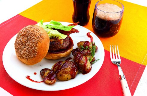 Hamburger con cheddar e bacon croccante, al barbecue