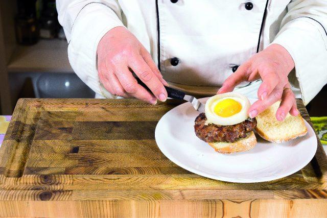 hamburger-con-uovo-in-cipolla-scalogno-e-fontina-a1886-11