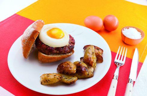Hamburger con uovo in cipolla, scalogno e fontina, al barbecue