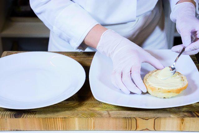 hamburger-di-maiale-e-manzo-con-emmentaler-cetrioli-e-bacon-croccante-a1908-3