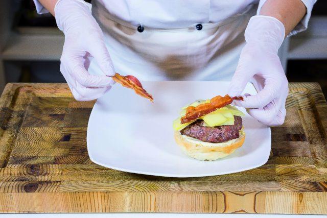 hamburger-di-maiale-e-manzo-con-emmentaler-cetrioli-e-bacon-croccante-a1908-4