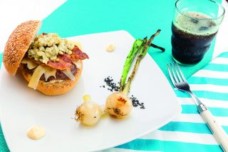 Hamburger con Emmental, cetrioli e bacon croccante, al barbecue