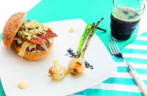 Hamburger con Emmental, cetrioli e bacon croccante, al barbecue