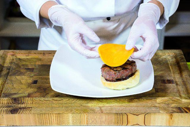 hamburger-di-manzo-al-cheddar-con-salsa-barbecue-a1930-3