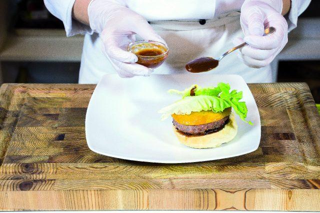 hamburger-di-manzo-al-cheddar-con-salsa-barbecue-a1930-4