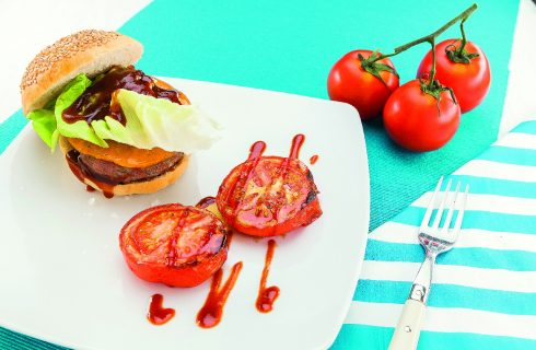 Hamburger di manzo al cheddar con salsa barbecue, al barbecue