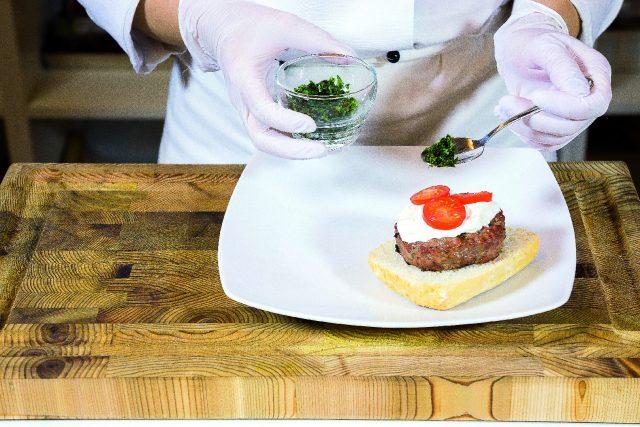 hamburger-di-manzo-alla-stracciatella-pomodoro-e-basilico-a1942-4