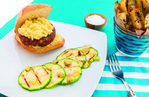 Hamburger di manzo e salsiccia con salsa guacamole, al barbecue