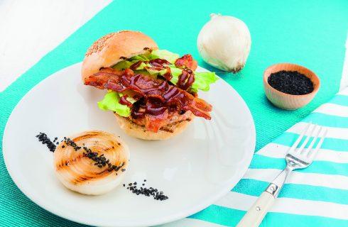 Hamburger di pollo e maiale con bacon croccante, al barbecue