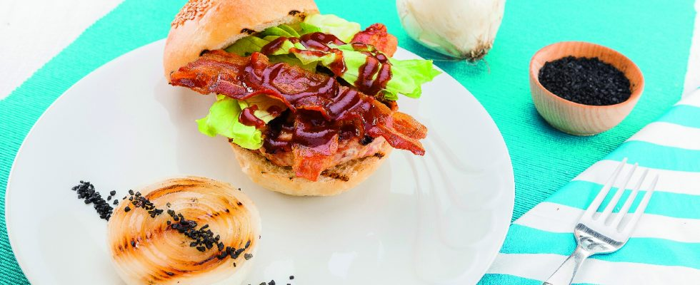 Hamburger di pollo e maiale con bacon croccante, al barbecue