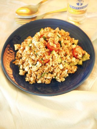 Insalata di farro con pomodorini, cetrioli, salsa alla feta al bimby