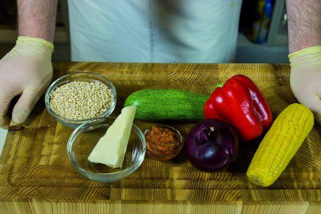 insalata-di-orzo-con-verdure-grigliate-pesto-di-pomodori-secchi-e-pecorino-a1874-1
