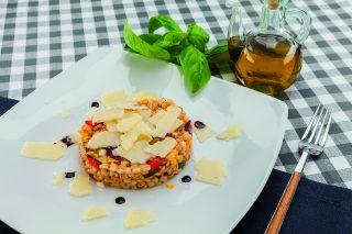 Insalata di orzo con verdure grigliate, pesto di pomodori secchi e pecorino: al barbecue