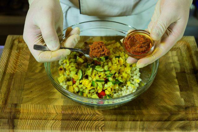 insalata-di-orzo-con-verdure-grigliate-pesto-di-pomodori-secchi-e-pecorino-a1874-9