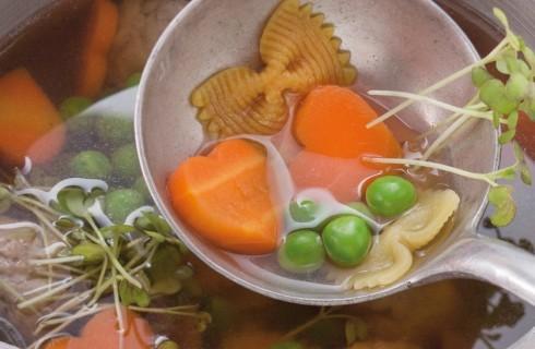 Minestra in brodo con polpettine, farfalle e cuori di verdure al bimby