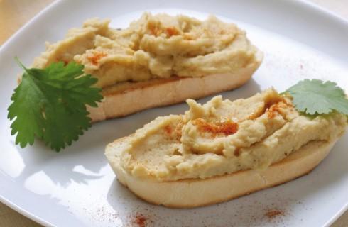 Crostini con hummus e paprika dolce al bimby
