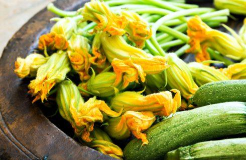 Fiori di zucca in padella con zucchine, la ricetta leggera