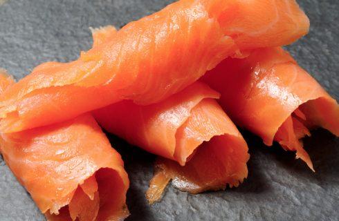 Come condire il salmone affumicato per un antipasto sfizioso