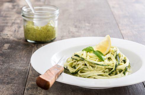 Gli spaghetti di zucchine con tonno e limone per il pranzo estivo