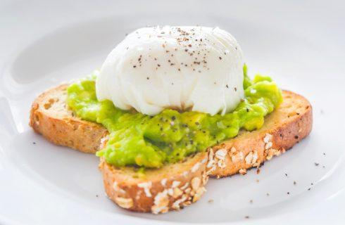 L'avocado toast con uovo in camicia per una cena veloce