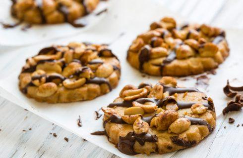 La ricetta dei cookies con gocce di cioccolato e arachidi