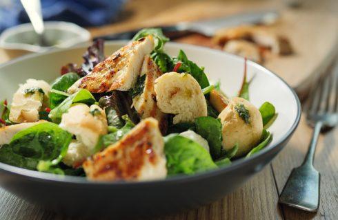 L'insalata di pollo e patate per un secondo appagante