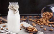 Il latte di mandorla fatto in casa con la ricetta facile
