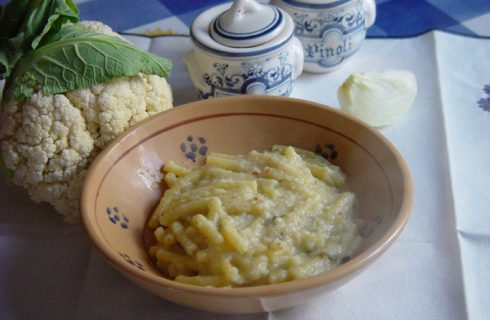 La pasta con crema di cavolfiore e noci, per un primo appagante