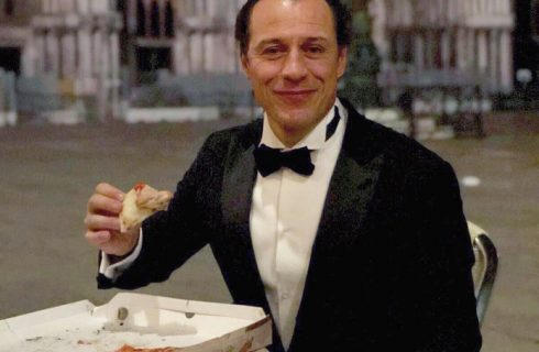 Stefano Accorsi mangia una pizza di notte in piazza San Marco e scatena un putiferio