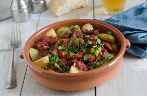 Salsiccia con cipolle e patate in padella, la ricetta gustosa