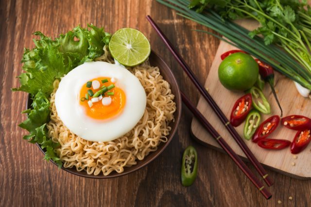 noodles con uovo al tegamino