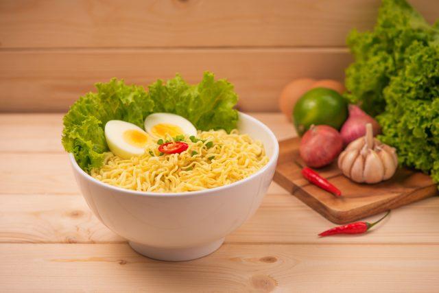 noodles con uovo sodo